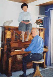 Dame auf Klavier